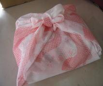 一升餅をカワイイ風呂敷でお包みして発送しています。