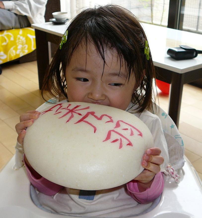 菜乃羽ちゃんと一升餅のお写真