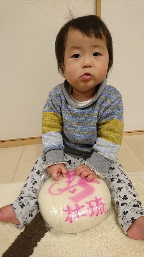 一升餅(誕生餅)でお誕生祝いされた 恵後原 壮琉ちゃん のカワイイお写真