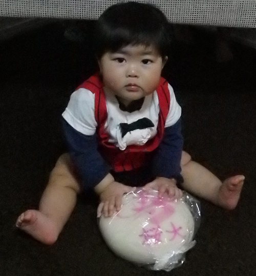 一升餅(誕生餅)でお誕生祝いされた 深澤 桜大ちゃん のカワイイお写真