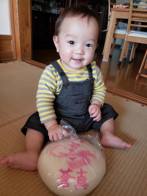 一升餅(誕生餅)でお誕生祝いされた 平田 蒼真ちゃん のカワイイお写真