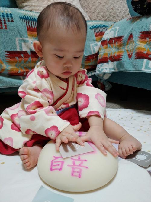 一升餅(誕生餅)でお誕生祝いされた 河南 百音ちゃん のカワイイお写真