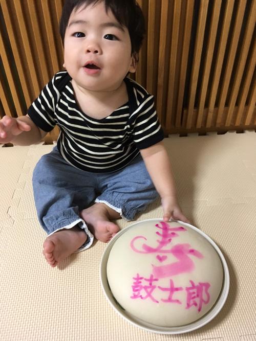 一升餅(誕生餅)でお誕生祝いされた 中山 鼓士郎ちゃん のカワイイお写真