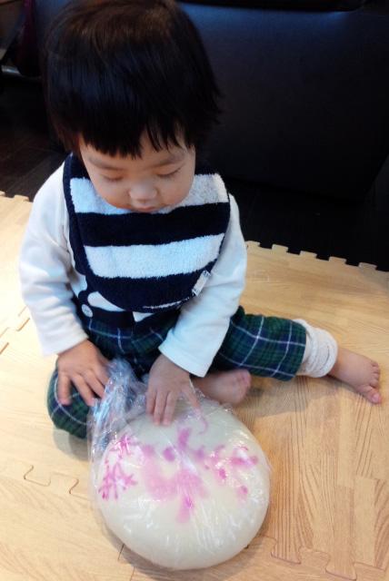 一升餅(誕生餅)でお誕生祝いされた 坂部 光希ちゃん のカワイイお写真