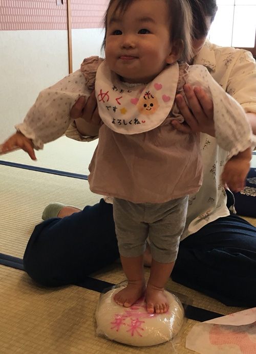 一升餅(誕生餅)でお誕生祝いされた 高橋 芽来ちゃん のカワイイお写真