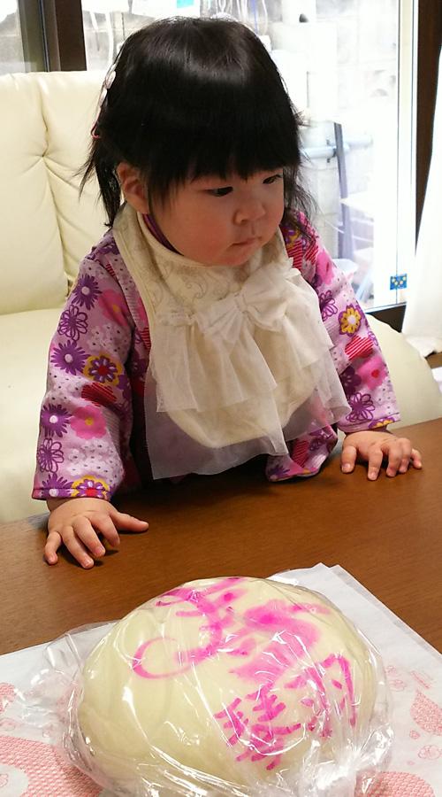一升餅(誕生餅)でお誕生祝いされた 浦野 琴羽ちゃん のカワイイお写真