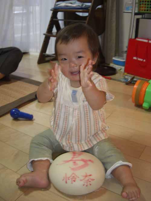 怜奈ちゃんと一升餅のお写真